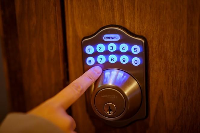 相部屋はキーナンバーで出入りできるしくみ。鍵を持ち歩かなくていいのは地味にありがたい!