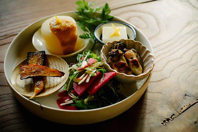 ランチプレートの前菜は野菜を中心とした数種類の盛り合わせ。彩りも豊か(提供写真)