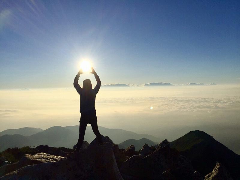 常念岳山頂で朝日を捕まえた!(提供:沙彩さん)