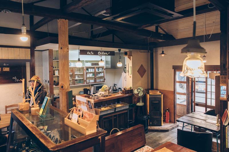 Caféころんの内観。古民家の雰囲気を残した落ち着いた雰囲気。