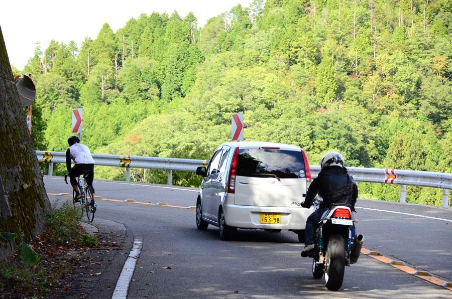 京北に至るくねくね道。自転車やバイクが喜んで峠を攻めます