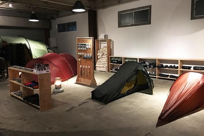 小型から大型まで様々なテントが設営されています