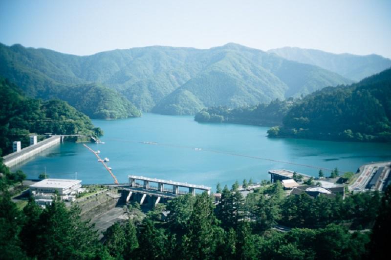 時間によって表情を変える、奥多摩湖の水面。総貯水量約1億8000万トンを誇る、東京都民の巨大な水瓶だ。