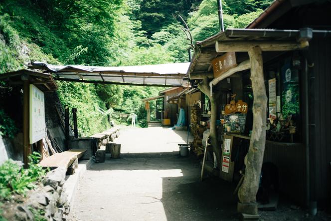 「三条の湯」の売店には、宿泊以外の登山者も多く立ち寄っていく。