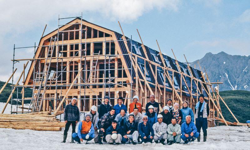 信頼できる職人たちの懸命な努力により、工事は順調に進められた(提供写真)