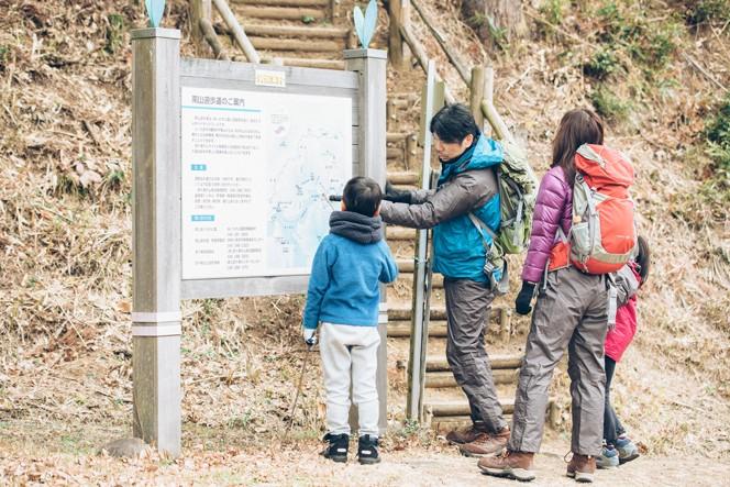 歩きだす前に全体の行程を説明。子どもたちの不安を解消しよう。