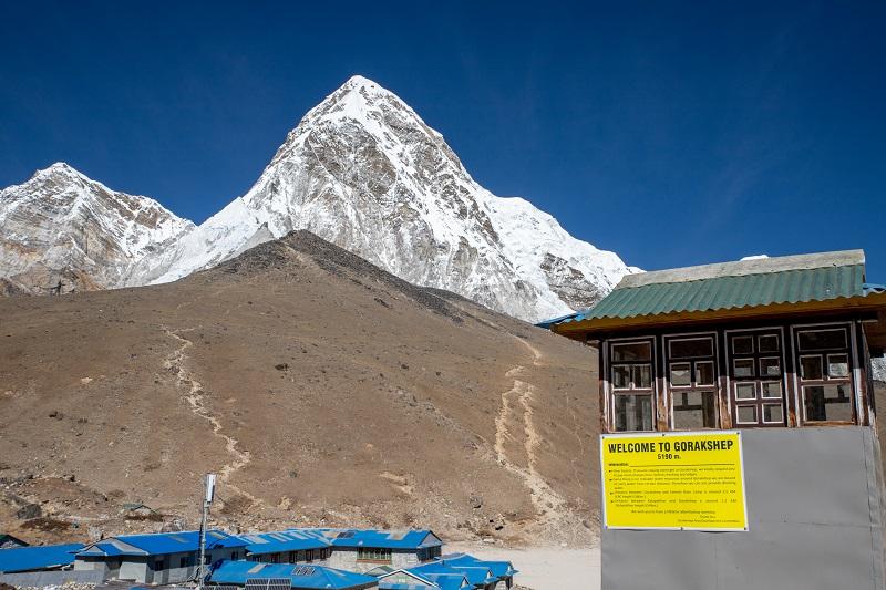 頂上が黒くなっている小山がカラ・パタール(現地の言葉で『黒い岩』の意)