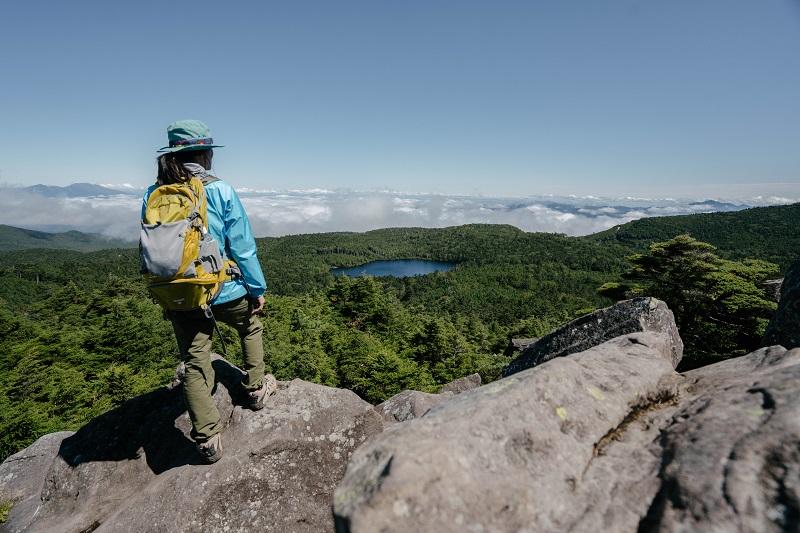 高見石から白駒池を望む。雲海の向こうに浅間山と上州の連山が見える。