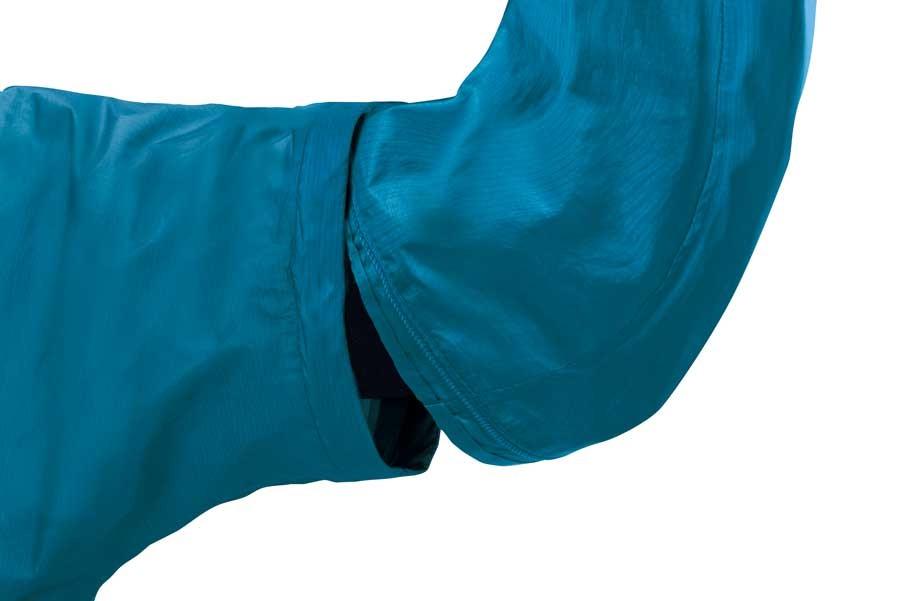 ファスナーで簡単に取り外せる仕組み。でも、着た状態での装着が少し難しいのがたまにキズ…。コツは、半袖部分の袖を脇でおさえて、ファスナーのスライドをかませることだそう