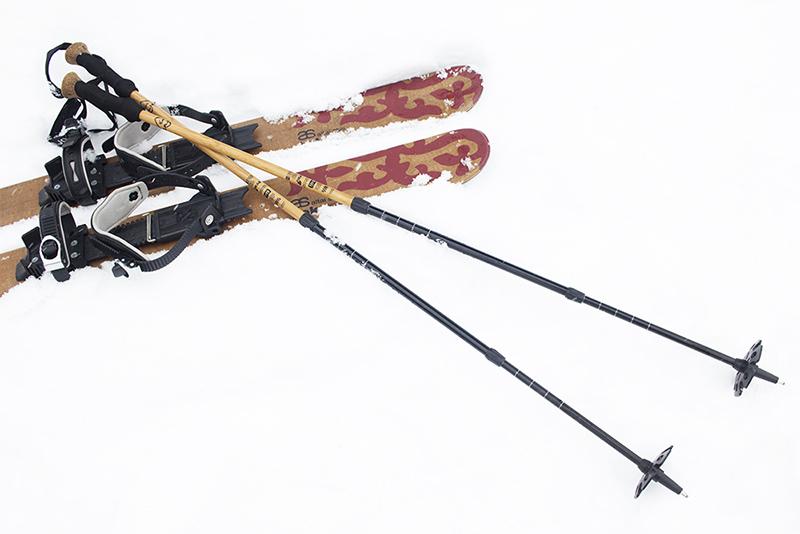 今回持参したトレッキングポールは、スロバキアのZAJO(ザジョ)というメーカーのもの。シャフトの表面素材に竹を使っていて、森を歩くにはうってつけの雰囲気を持っています。雪の上で使う時は、バスケットをスノーバスケットに変えるのを忘れずに。