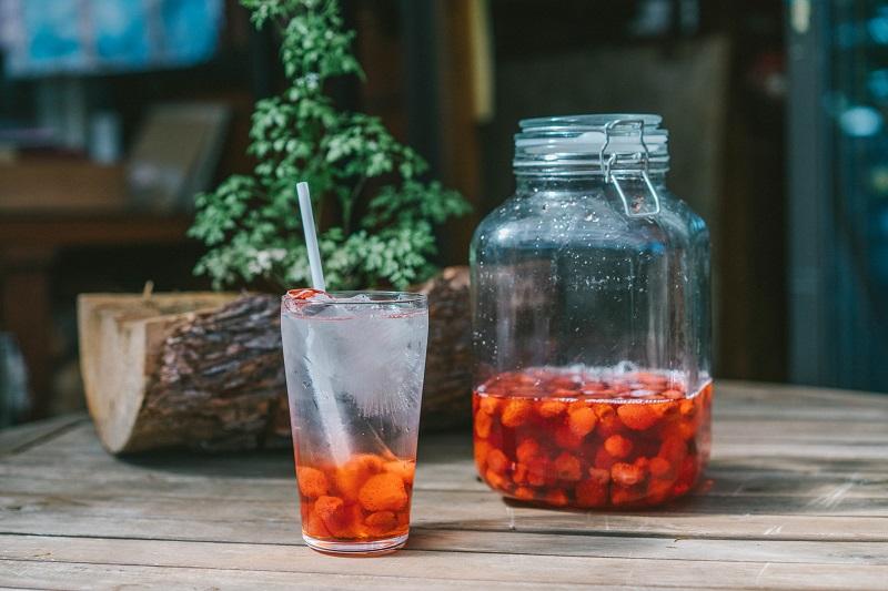 八ヶ岳マーコ農園の規格外いちごをシロップ漬けにして炭酸で割ったジュース。甘酸っぱさが魅力
