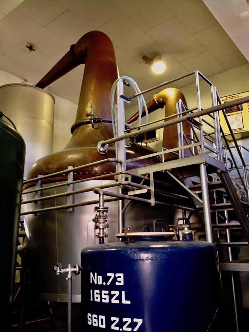 竹鶴ノートを基に開発された、マルス蒸溜所のポットスチル。現在はモデルチェンジが行われており、こちらはモニュメントとして屋外に展示されている。(写真:SOTONOMO)