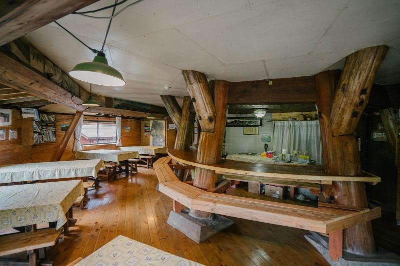 植木さんがオーナーになってから一部増築した食堂。中央の丸太柱(8本)は建設当時のまま。