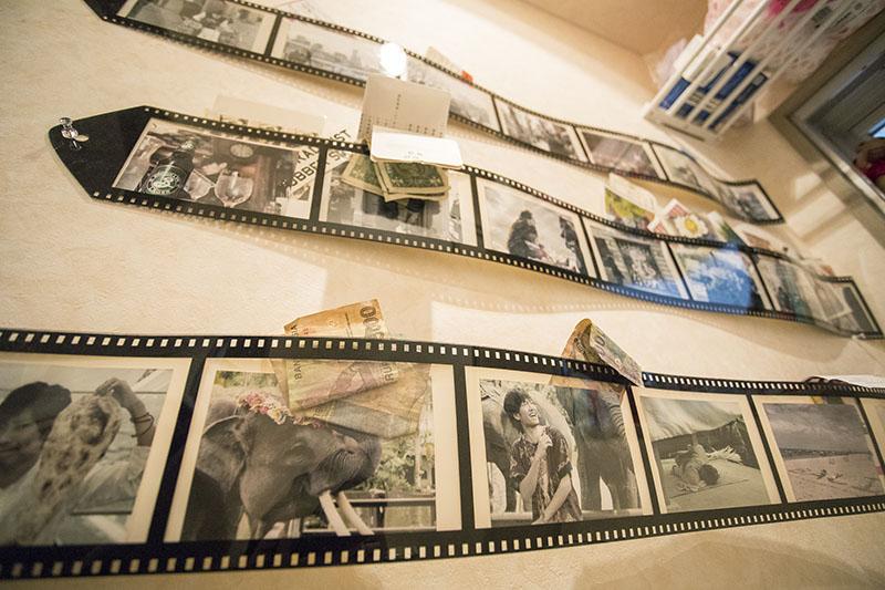 大学生時代からカメラ好きという高橋さん。トイレの壁には仲間の写真と、ドル札がひらり。