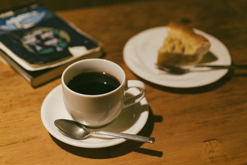 正一氏こだわりのサイフォンコーヒーを飲みながら『黒部の山賊』を読むのもいい
