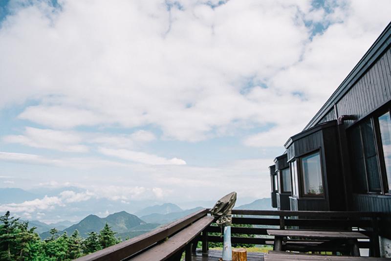 ヒュッテのまわりは展望が開け、遠くの山々まで見渡せる。開放感たっぷり!