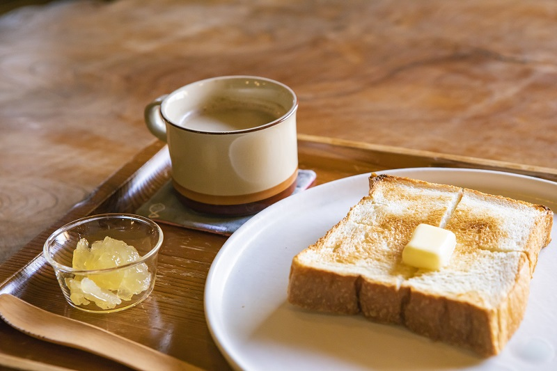 """余談ですが、朝食で食べられる""""飴""""トースト、めちゃ美味です!泊まった際はぜひ(写真はお手製のりんごジャム)"""