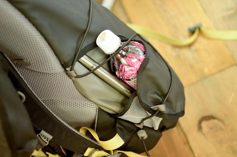 バックパックのドリンクポケットの出っ張りが気になっていた斎藤さんは、あえてポケットを外付けせず表地を利用して収納できるデザインを考案。ポケット未使用時に邪魔にならず、見た目もスマートに。これも斎藤さんのヒラめきによるもの。写真のモデルは「カーゴ40」