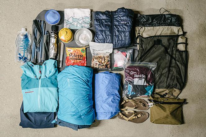 奥多摩・八ヶ岳縦走時のザックの中身(再現)。服は防寒着と就寝着だけというのが山内流。