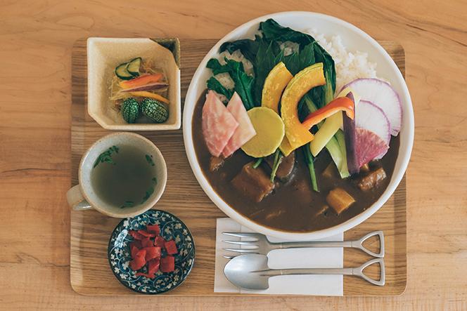 食堂の人気メニュー、贅沢野菜のカレーライス