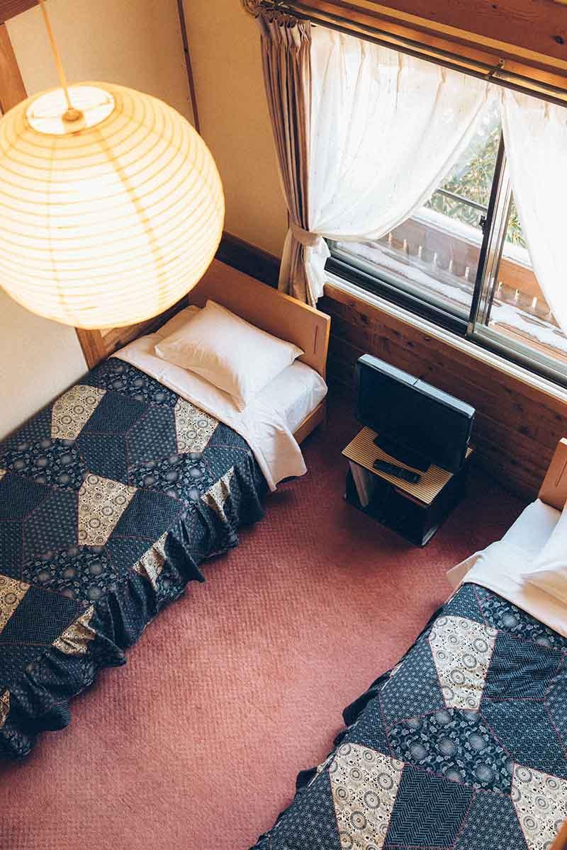 客室は2人用が基本。最近は1人で来られる方がすごく増えているため、1人用の部屋も準備中だとか