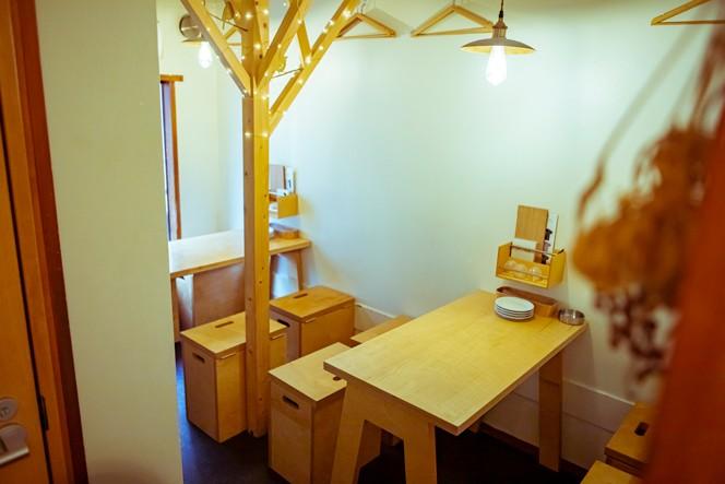 そして2階がテーブル席。北海道産のシラカバの間伐材を使用しています