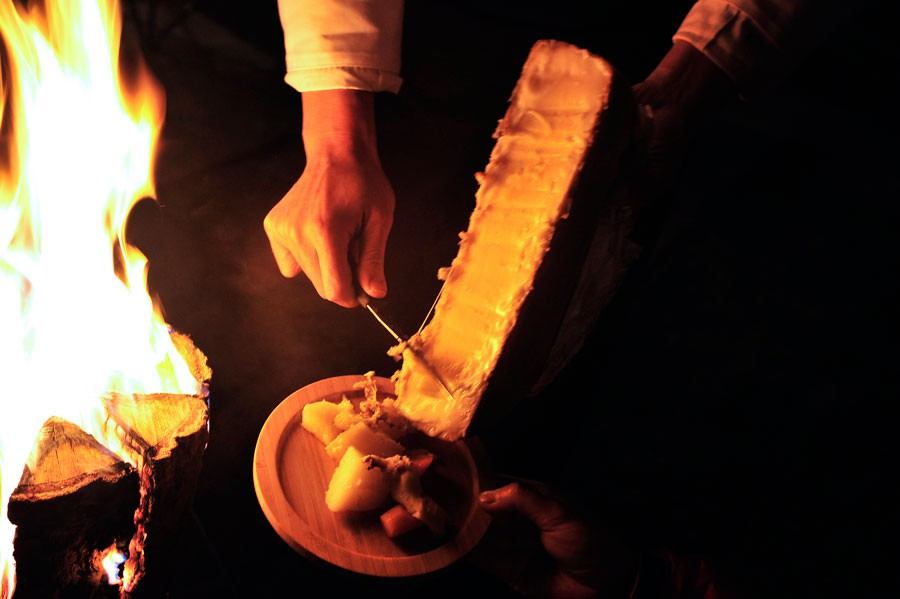 その火でラクレットチーズを溶かすパフォーマンスも