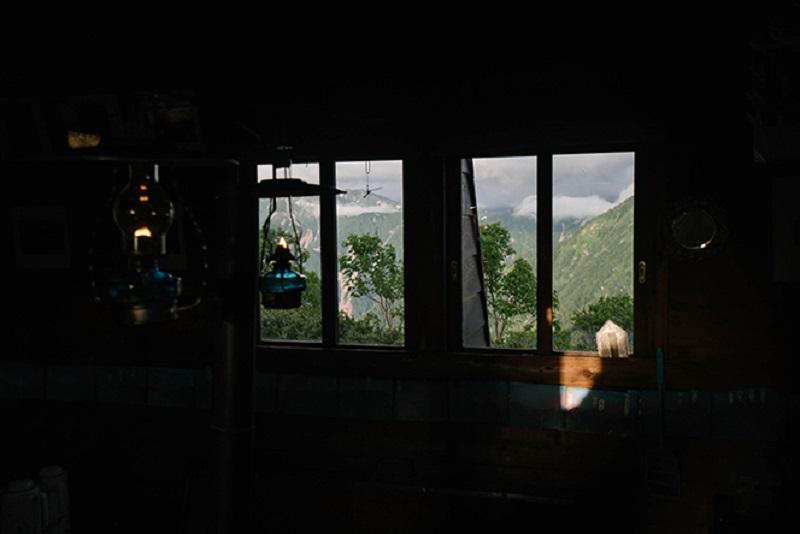 窓の外には北アルプス表銀座の山並みが覗く