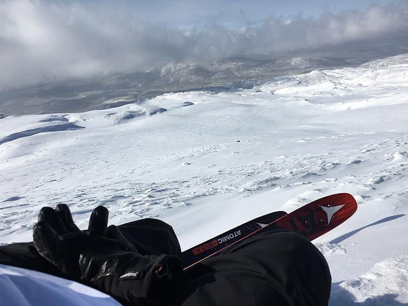 クランポンを置いてきてしまったので頂上は目指しませんでしたが、あまり登る人のいない斜面を中腹まで登って滑ってみました。ほとんどアイスバーンですが誰もいない広大な斜面を独り占めです。