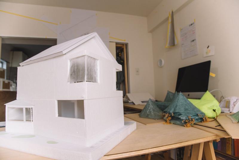 その住宅の模型がこちら。2階のバルコニーの壁面部分を覆うようにしてキューベンを採用している