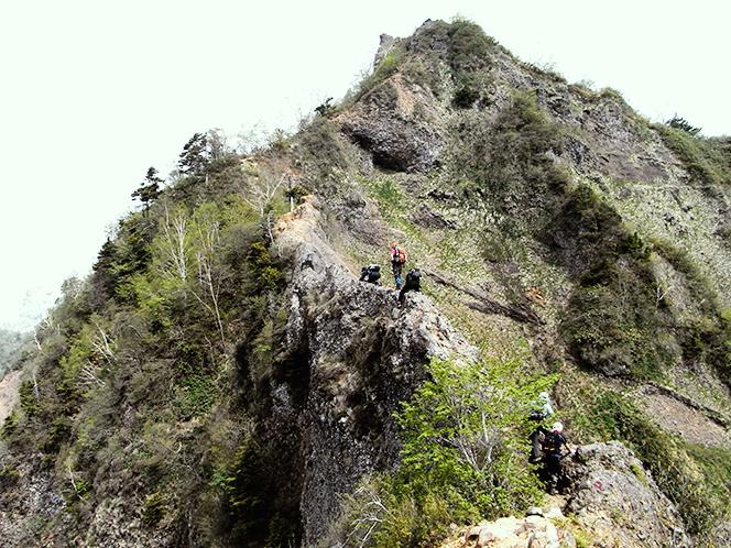 毎年開山前に行われる登山道調査(戸隠山蟻の塔渡り)