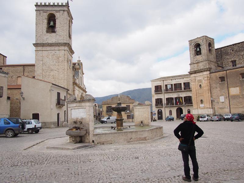 (提供写真)京子さんの理想の「広場」。周りには教会、映画館、宮殿、お店があり、地面は石畳に覆われ、真ん中には噴水が。