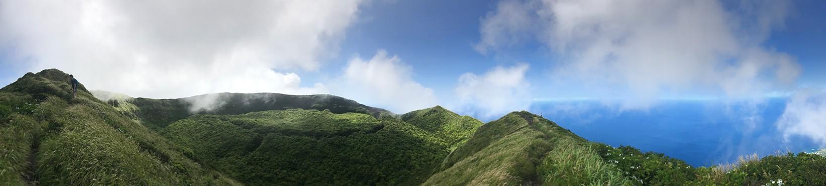 八丈富士の山頂付近より。ぐるっと1周、お鉢めぐりができます