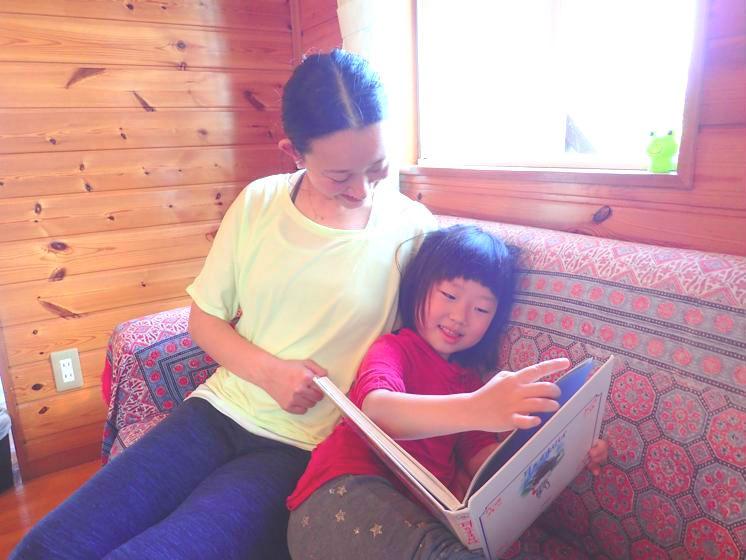 幼稚園から帰って来たあなんちゃん。近所の「な〜ゆ〜カフェ」にて