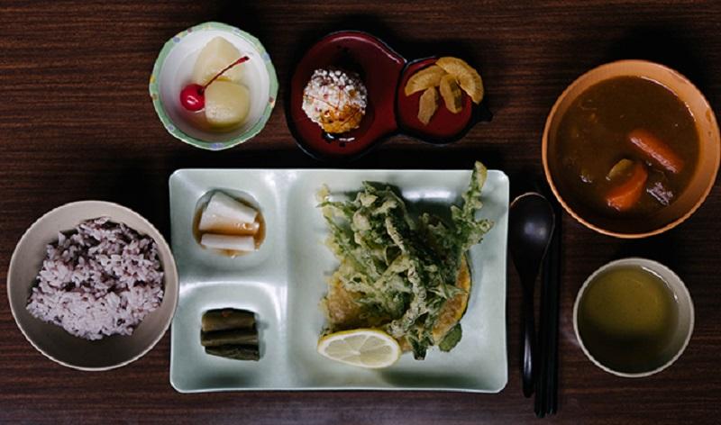 メインディッシュは山菜の天ぷら(この日はアザミ、シラネ人参、ダケワラビ)