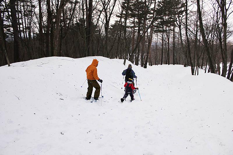 家族でも手軽に楽しめるスノーハイク。雪に覆われた静寂な森の中を、みんなで話しながらゆっくり歩くのも贅沢な時間の過ごし方です。