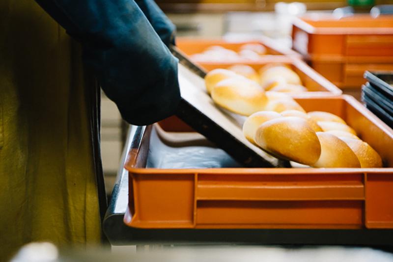 焼き立てホヤホヤのパンが二人の手によってどんどん出来上がっていく