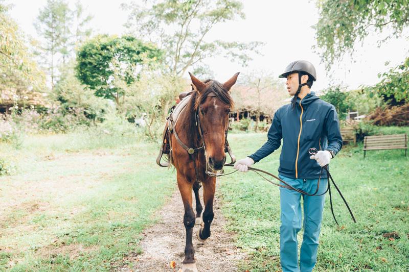 (馬)ホクト君は馬柄がよく、時代劇の常連俳優。(人)編集部の山口岳。
