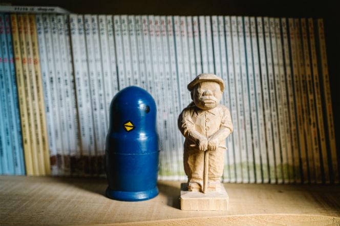 こちらは山好きの男性客が持ってきたという自作の木彫り人形