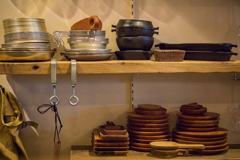 食器棚にはシェラカップやダッチオーブン。ほかの食器とも馴染んでいる