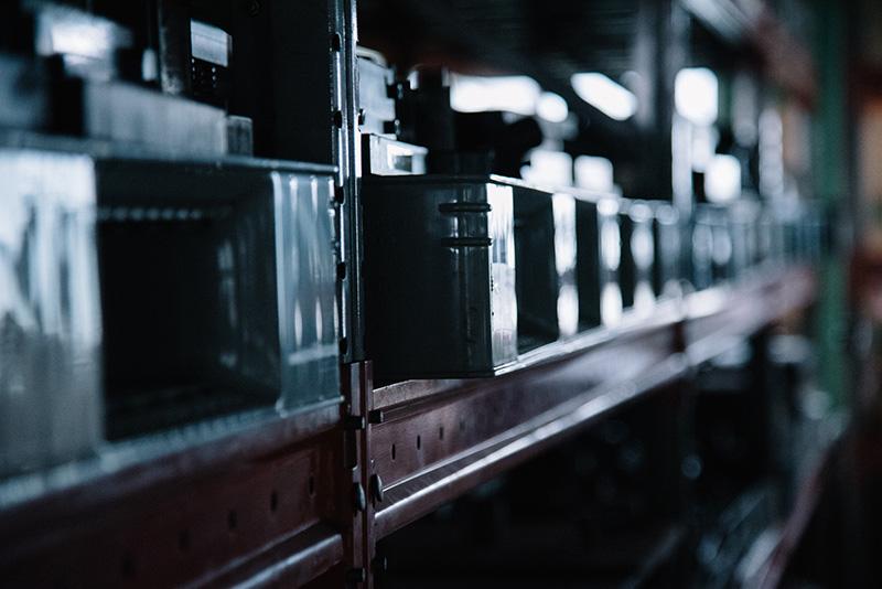 工場には過去のものを含めた大量の金型が保管されている