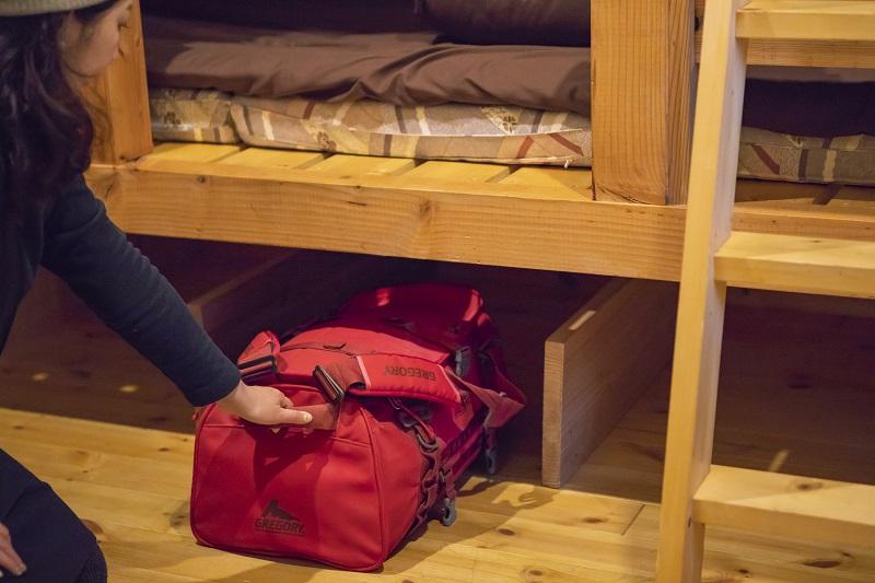 大きなバックパックをらくらく押し込めるように、ベッド下の収納スペースは大きく確保。ハイカーや旅人にうれしい配慮