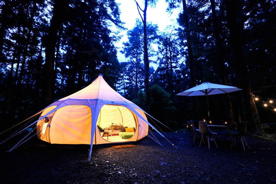 周りが暗くなることで、より映えるテントの内装。