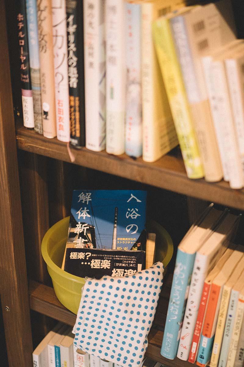 板ではなく、いくつもの細い木を組み合わせて本棚にしている