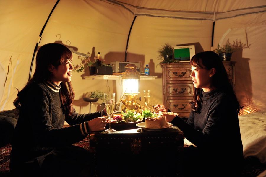 ランタンの灯りで照らされる空間。ここは本当にテントの中なのでしょうか。