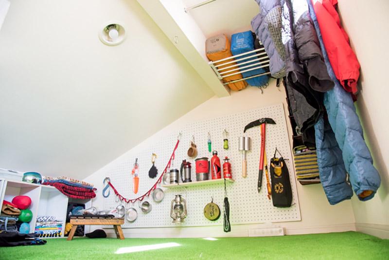 ロフトは一番高さのあるところに突っ張り棒や棚を設け、テントやシュラフ、ウェアを。