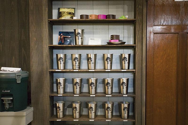 棚にはお客様のコーヒーカップがたくさん。まさにボトルキープの感覚です