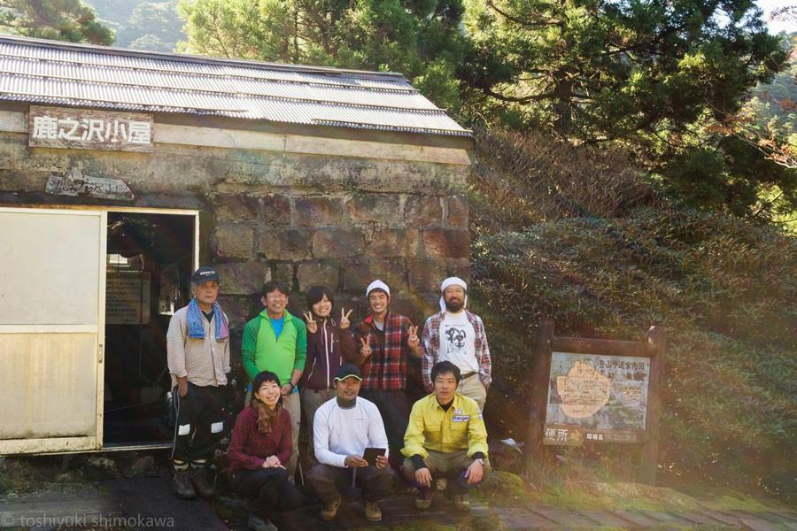 参拝を終え、鹿之沢小屋にて(中央後ろが弥山さん)(画像提供:同)
