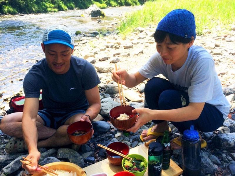 目の前の河原で遊ぶことも、しょっちゅう。ゴールデンウィークは都内に住む友人を呼んで、そうめんを作って食べたそう