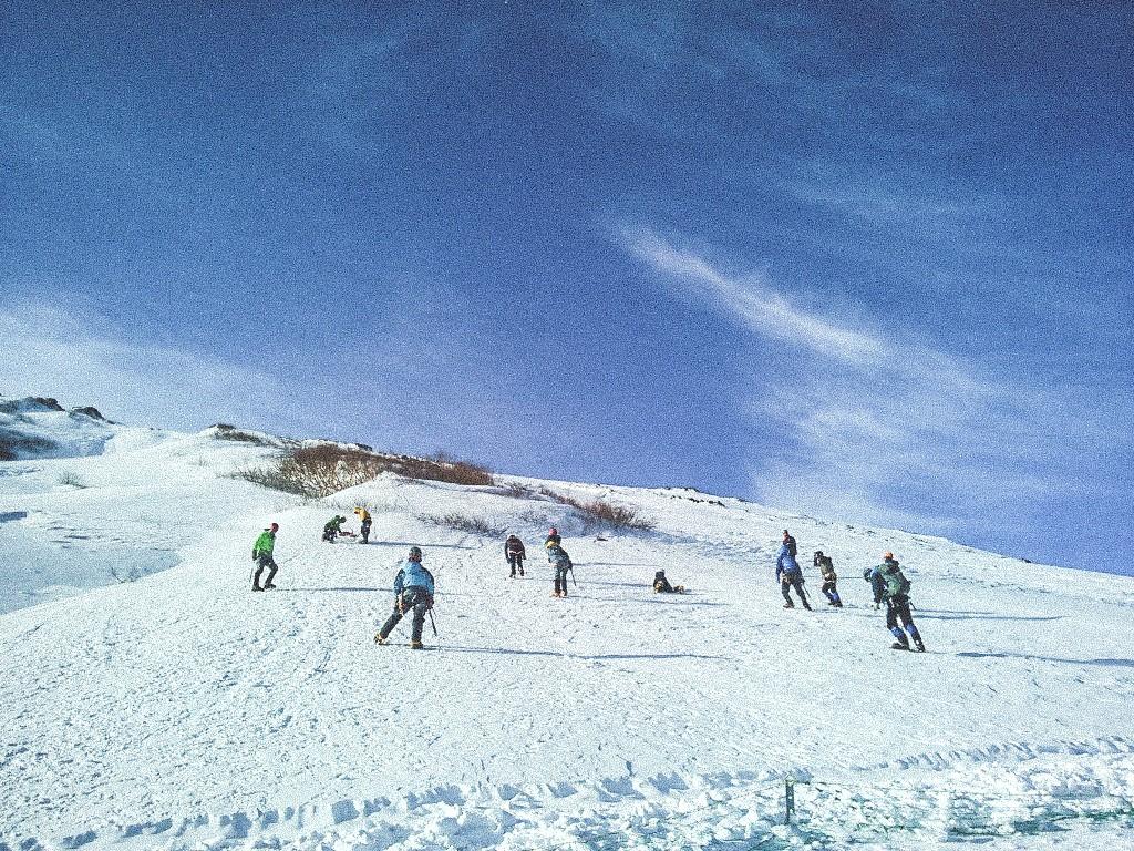 (雪訓できる斜面まで佐藤小屋から徒歩20分。以前は小屋のすぐ近くでできたらしい。)